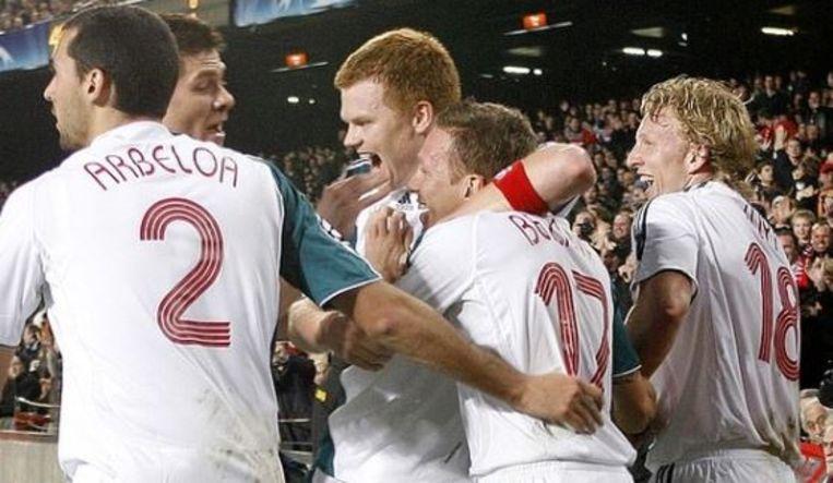 Riise zowaar in de armen van Bellamy na zijn goal.