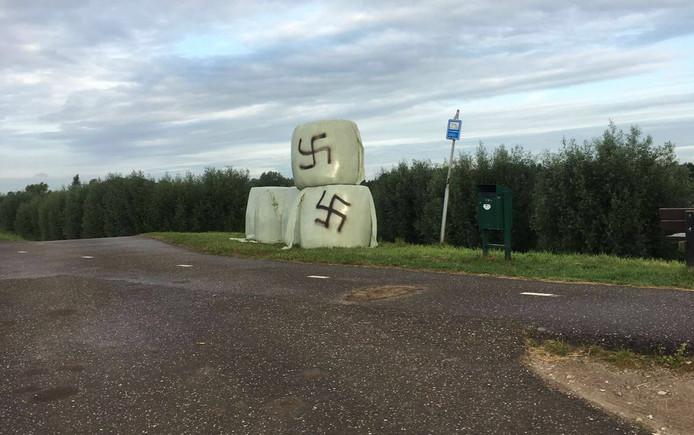 Onbekende vandalen hadden hakenkruizen getekend op de hooibalen.