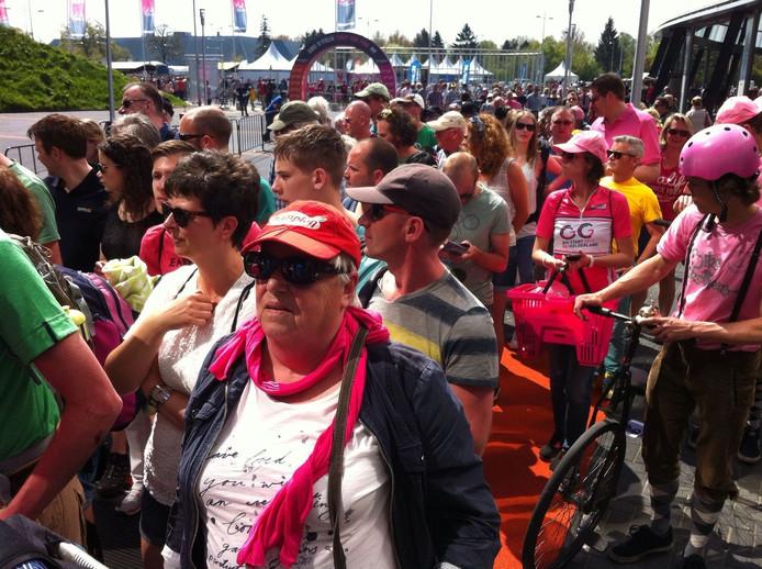 Supporters drommen naar binnen
