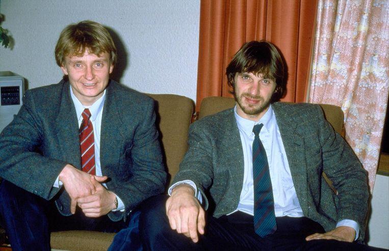 Cor van Hout (l) en Willem Holleeder stonden in 1986 in noord Frankrijk vanuit een hotel de pers te woord. Beeld anp