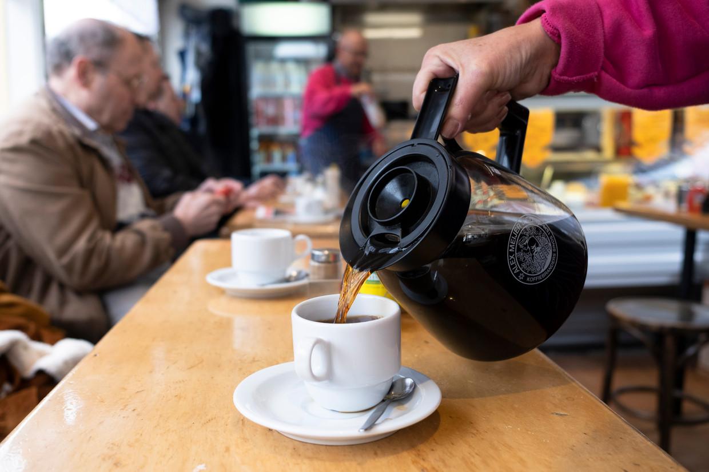 Een bakkie pleur voor een euro, daarvoor kun je terecht in tientallen koffietenten – nog wel. Beeld null
