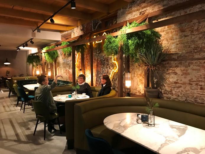 De contouren van de Gorcumse vesting, uitgevoerd in neonverlichting, siert een van de muren van het restaurant.