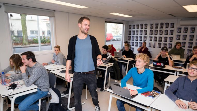 Jasper Rijpma geeft les over geschiedenis en grote denkers aan het Hyperion Lyceum in Amsterdam-Noord. Beeld Rink Hof