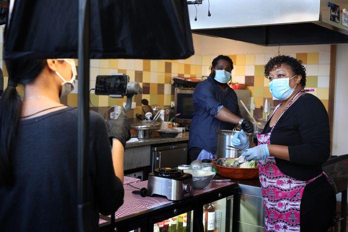 Alice Fortes (rechts) en Saul Silva Monteiro van Kaapverdiaanse Kookworkshops verzorgen een live Kaapverdiaans cooking event.