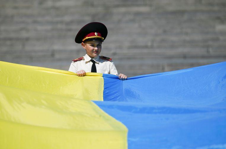 De kinderen werden onwel tijdens een groet aan de vlag, ter herdenking van het einde van de Tweede Wereldoorlog 73 jaar geleden.
