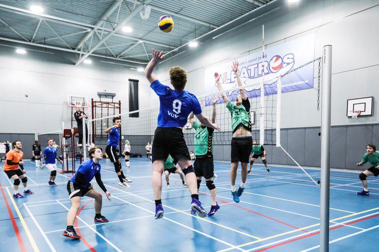Wedstrijden van volleybalclub Albatros in de Wethouder Verheijhal in Oost. Beeld Eva Plevier