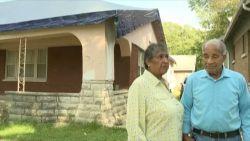 Oeps! Dakwerkers verwijderen dak van verkeerde huis