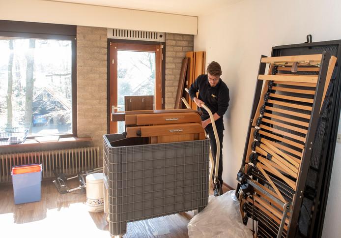 Bedden worden uit elkaar gehaald, meubels verplaatst, binnen een paar dagen wordt het bejaardenhuis omgetoverd tot noodziekenhuis.