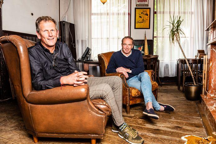 Hans Disch (r) en Frank de Koning voor de open haard in De Hollandse Leeuw in Nieuwkoop
