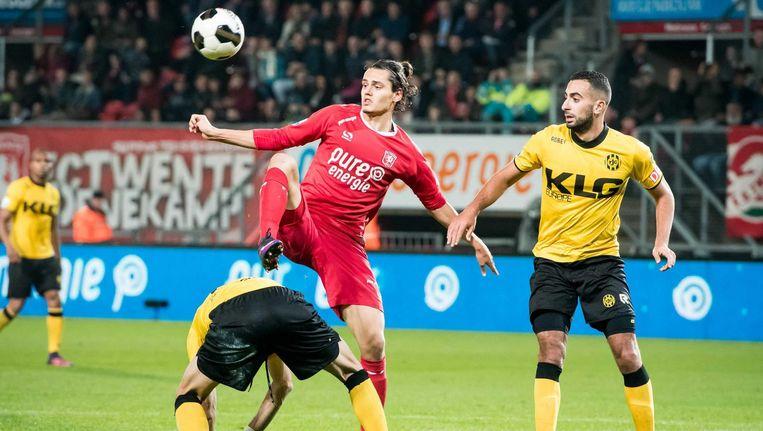 Enes Unal namens Twente in duel met Adil Aussar. Beeld anp