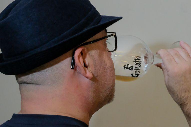'Wis' heeft de voorbije drie jaar duizend bieren geproefd. Omwille van zijn job wil hij niet herkenbaar op de foto.