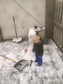 De kleinzoon van Paul Grutters geniet van de sneeuw in Middelaar.
