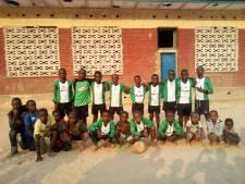 Congolese voetballers dolblij in oud tenue van OVV-Oostvoorne