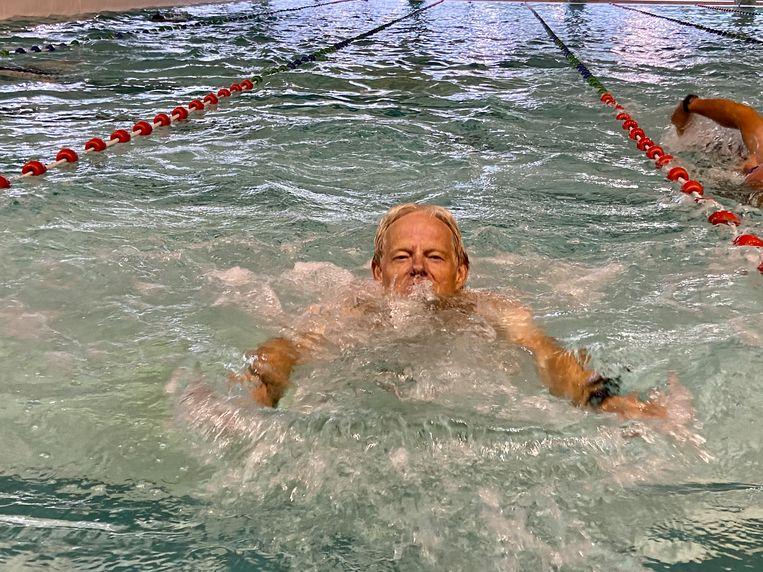 Mil Pieters (67) klieft met een school- en rugslag doorheen het water