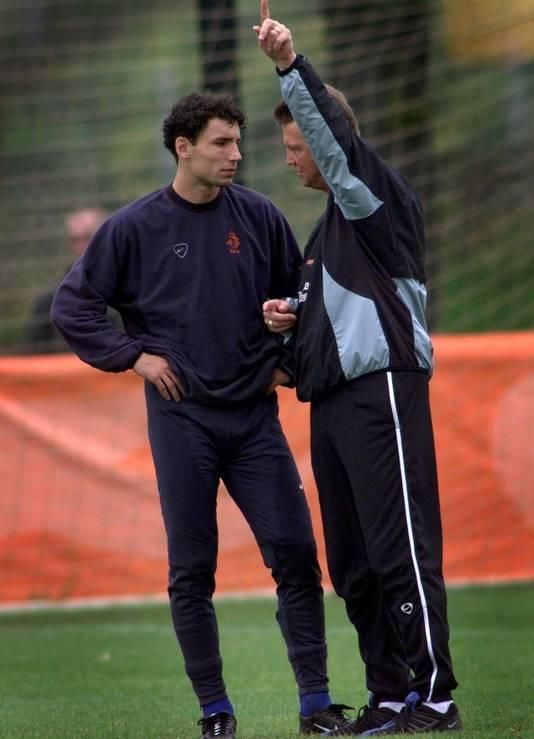 Van Bommel (l) in 2001 met Van Gaal tijdens een Oranje-training. © ANP