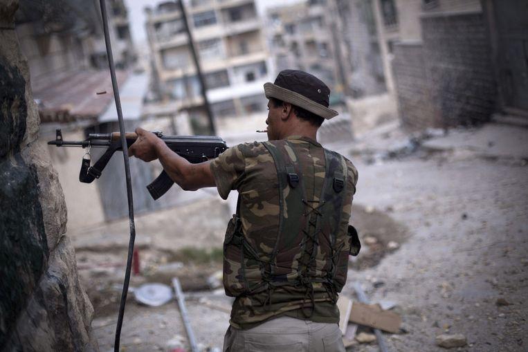 Een strijder van het Vrije Syrische Leger vuurt zijn wapen af in Aleppo, Noord-Syrië. Beeld ap