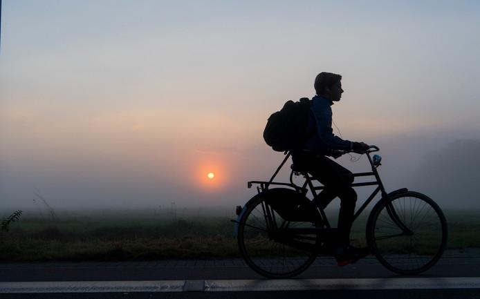 In Oost-Nederland komt zeer dichte mist voor. Het KNMI waarschuwt plaatselijk voor een zicht minder dan 150 meter.