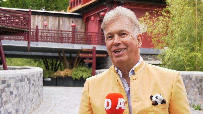 Marcel Boekhoorn voor de ingang van Pandasia, het pandaverblijf in zijn Ouwehands Dierenpark.
