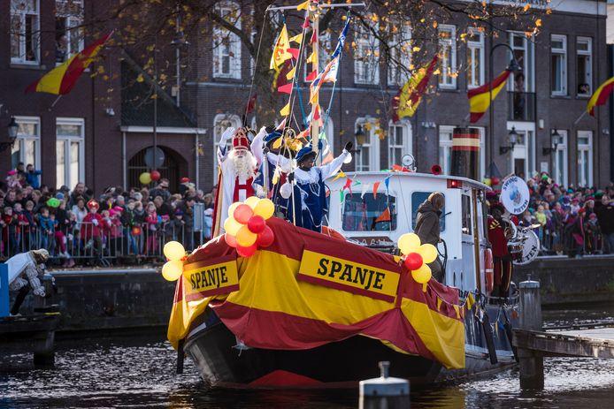 In de haven van Veghel komt het schip De Spanje weer aan met Sint en 200 pieten