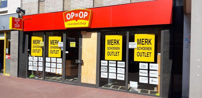 Op = Op voordeelshop aan de Veestraat in Helmond wordt een outlet in merkschoenen.