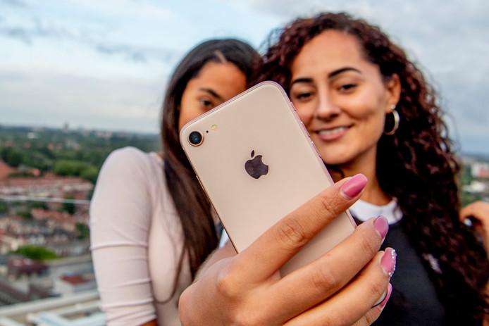 Twee tieners maken een selfie