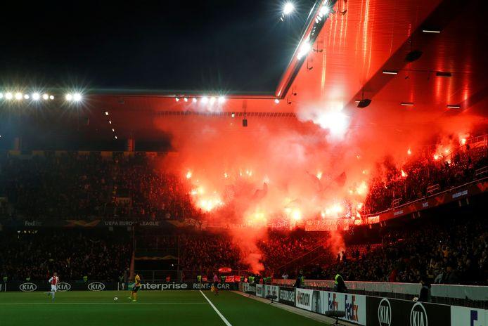 Fans van Feyenoord steken vuurwerk af in Bern, op 24 oktober tijdens het duel met Young Boys.