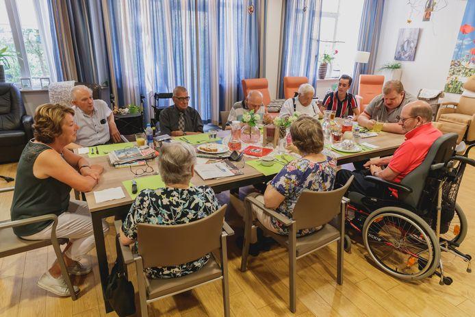 Zomer 2019: Ouderen op de dagbesteding in Het Anbarg in Etten-Leur. Woongroepen van het huis zijn hard getroffen door het coronavirus.