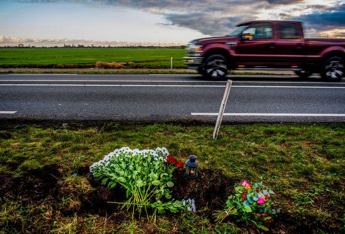 Archieffoto. Bloemen op plek ongeval op de N210 tussen Lekkerkerk en Krimpen aan de Lek.