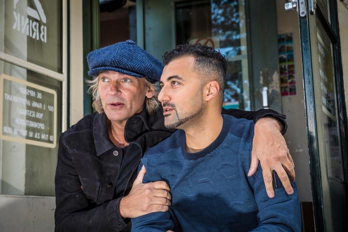 Özcan Akyol werd in de uitzending van De Wereld Draait Door door Mathijs van Nieuwkerk Richard Otto van Spreekbuis.nl verrast met de radioprijs voor beste nachtprogramma.