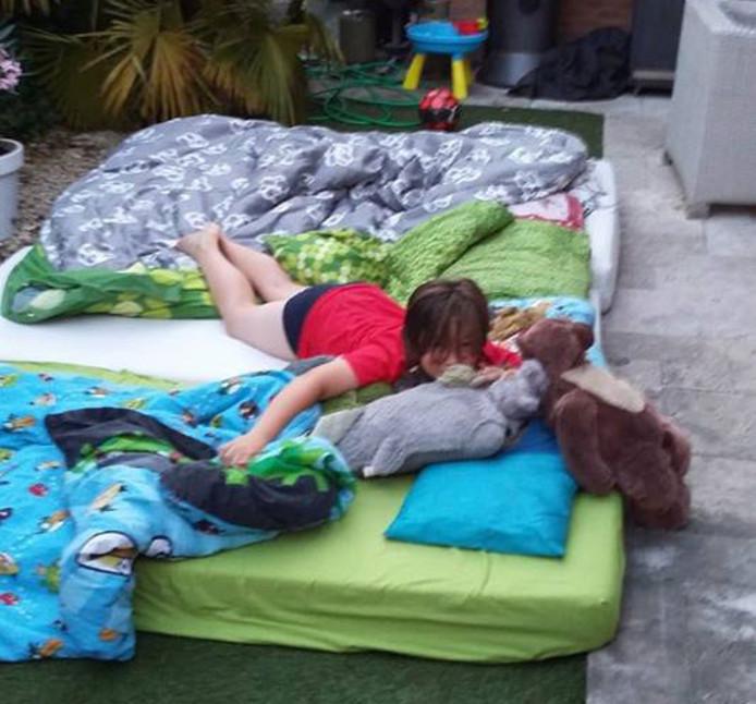 Te warm binnen? Geen probleem voor de 11-jarige Karsten. Tijd om te kamperen in (de koelere) tuin.