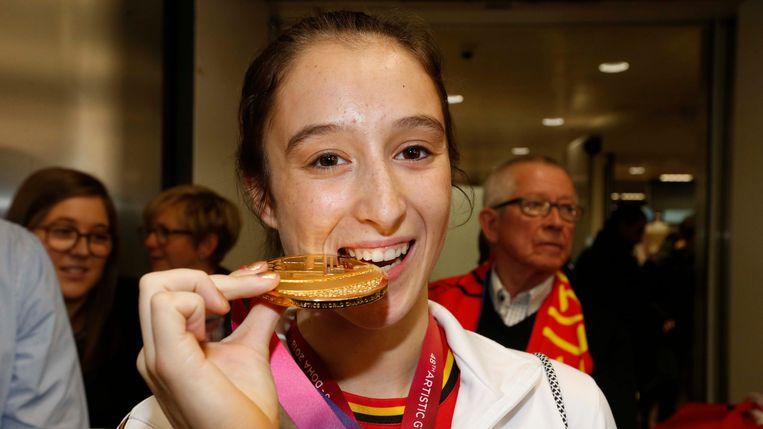 Nina Derwael poseerde in november met haar gouden medaille vanop het WK gymnatiek in in Doha, Qatar.