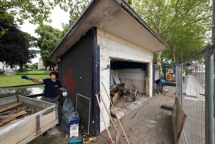 Slopers haalden dinsdag veel houtafval rond het kotje weg. Dat is in de laatste jaren geplaatst door de eigenaar van een cafetaria in de oude kiosk.