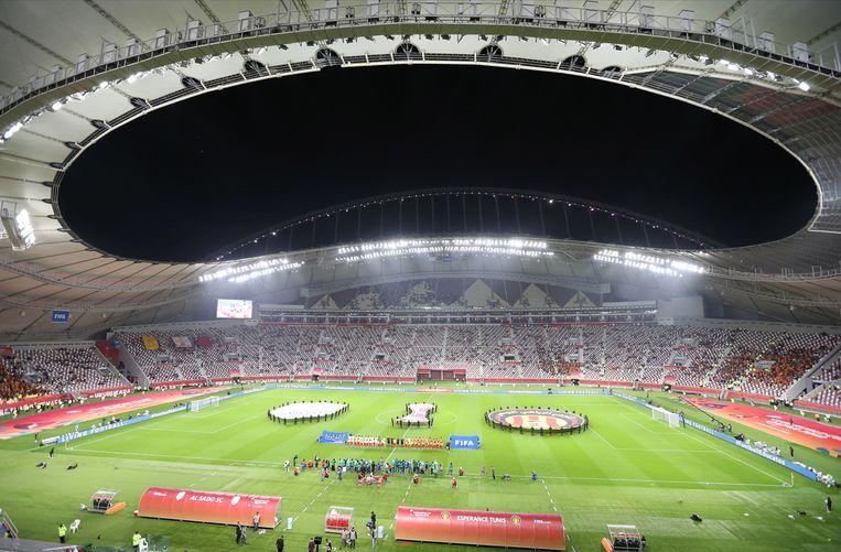 De spelers van Al Sadd en Esperance staan klaar in het Khalifa International Stadium in Doha. Ze speelden er dinsdag om de vijfde plaats tijdens het WK voor clubs. Beeld EPA