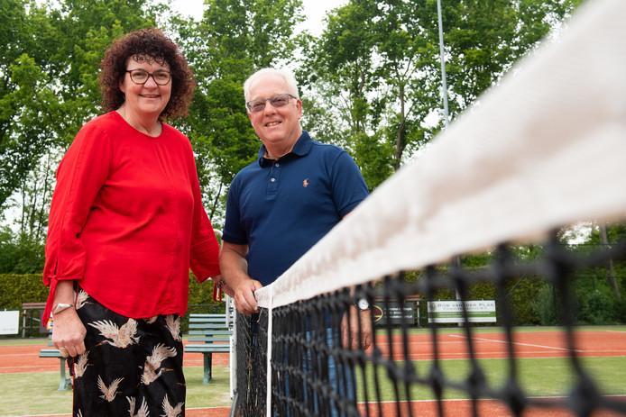 Barbera van Breemen en Gerard van den Berg op de tennisbaan van Waesbeek.