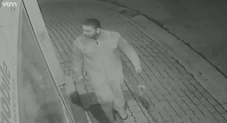 9 februari, 18.23 uur. De verdachte wordt gefilmd op de hoek van de Diestersteenweg en de Haardstraat en wandelt richting het huis van het slachtoffer.