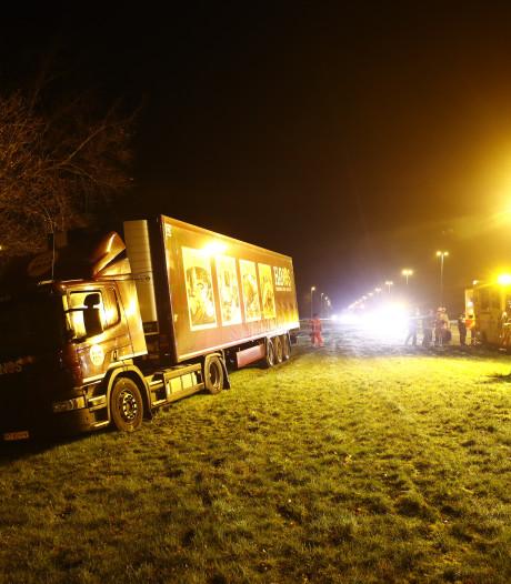 Vrachtwagen schiet de berm in naast de A50