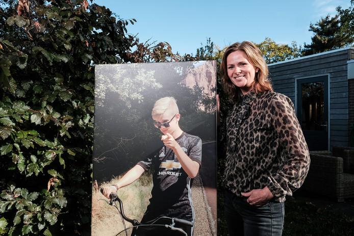 Saskia van den Heuvel bij een portret van haar overleden zoon Tijmen.