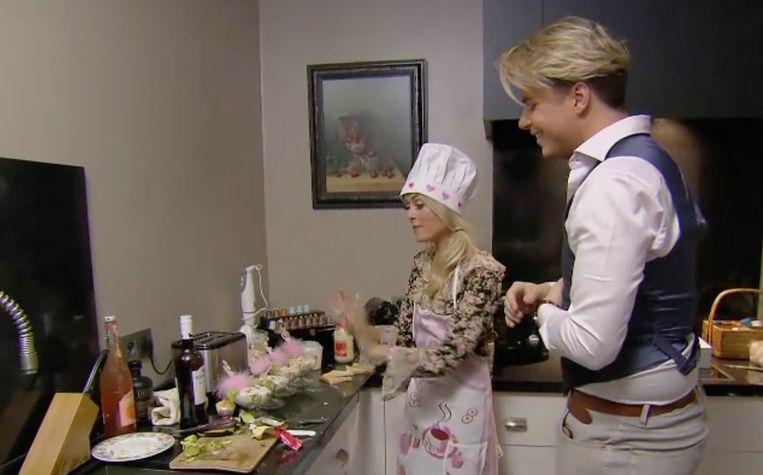 Jill's butler Kevin wordt ingeschakeld om de gasten te bedienen.
