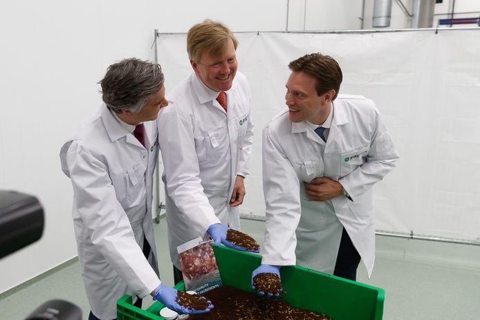 Koning Willem Alexander opende in 2019 de fabriek in Bergen op Zoom. Hier in het bijzijn van oprichters Kees Aarts en Tarique Arsiwalla.