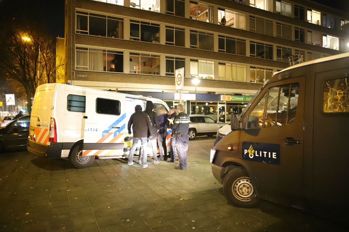 Een van de personen die gisteravond werd aangehouden in Escamp.