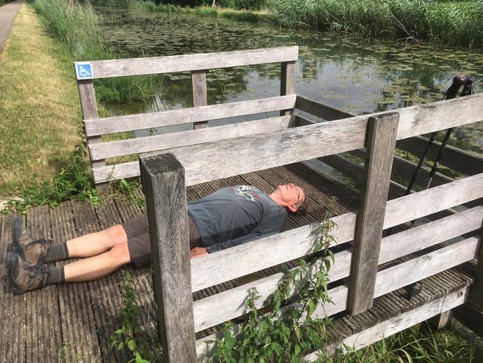 Erik de Waal pakt even rust langs het Canal de Haute Seine.
