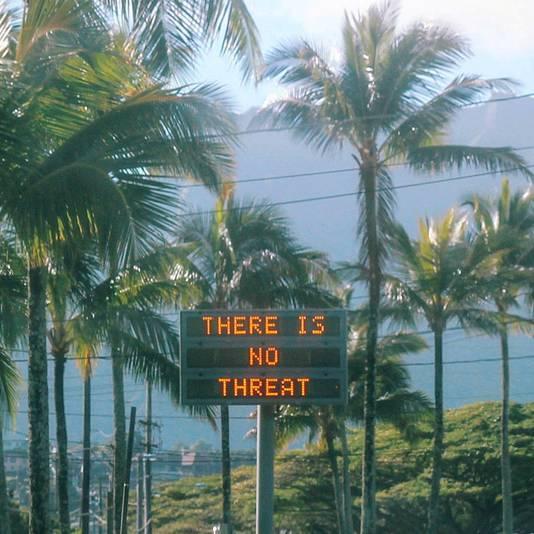 Elektronische informatieborden gaven op Hawaii na de foutieve waarschuwing aan, dat er geen sprake is van gevaar.