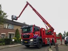 Brandweer bevrijdt overlastgevende kraai uit schoorsteenpijp