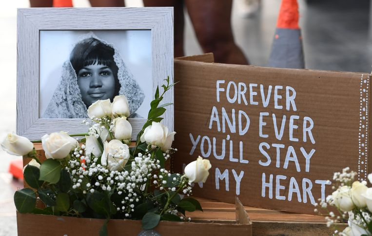 Bij de ster van Aretha Franklin in de Hollywood Walk of Fame hebben bewonderaars bloemen, berichtjes en andere aandenkens neergelegd.  Beeld AFP