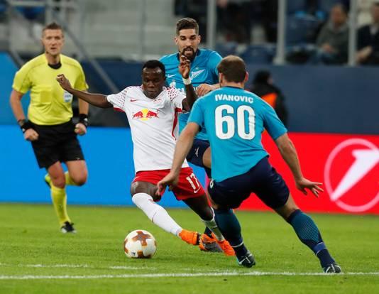 Bruma soleert langs Branislav Ivanovic van FC Zenit.
