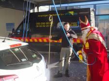 Sinterklaas wast auto's voor het goede doel in Bunschoten
