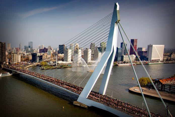 Lopers gaan over de Erasmusbrug tijdens de NN marathon van Rotterdam.