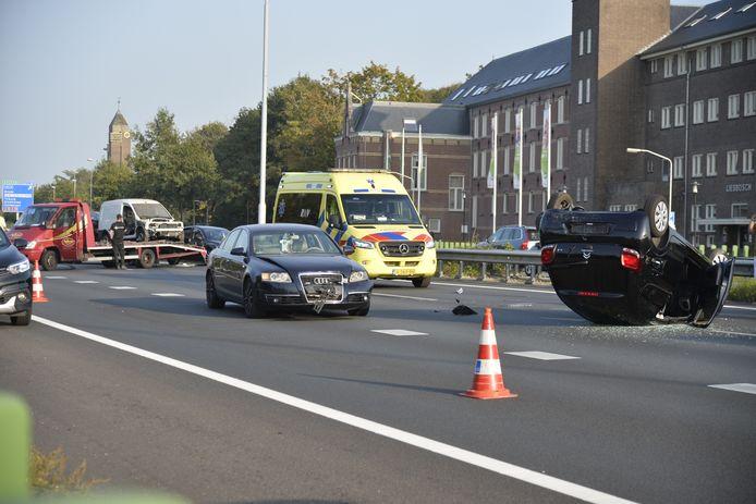 Vier auto's botsen op A58 bij Breda. Een auto komt op het dak terecht.
