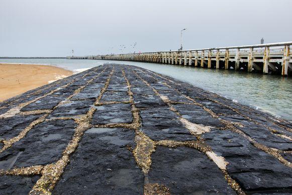 De pier in Oostende op een grijze dag.