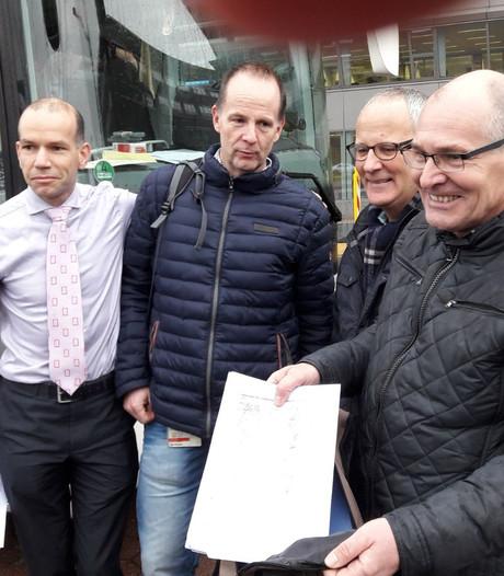 Werknemers van Siemens uit Hengelo bieden petitie aan in Den Haag